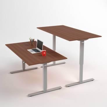 hoej-och-saenkbart-skrivbord-silverstativ-och-valnoetskiva